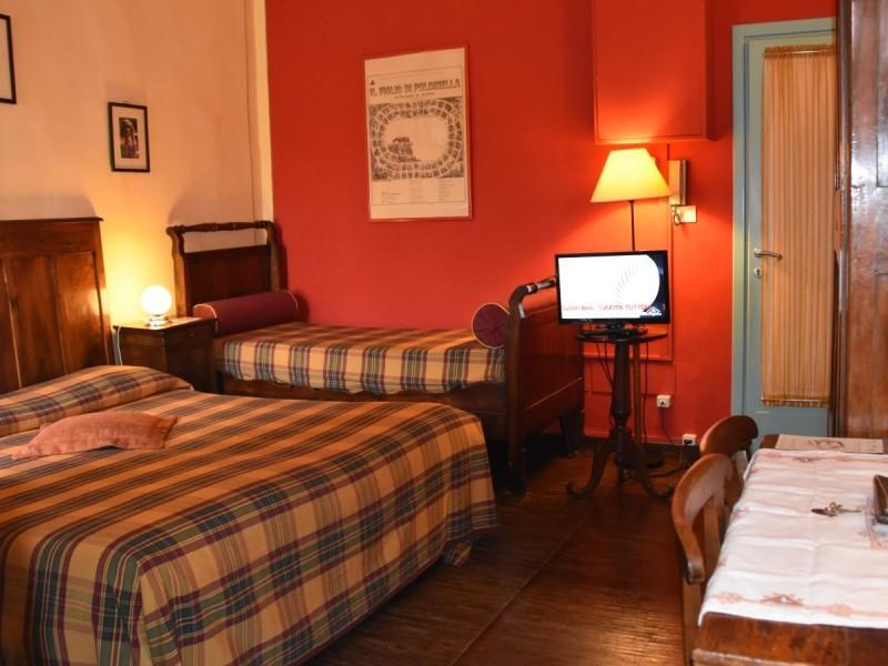 appartamentorigoletto-bebalducale-parma-lettoetavolino2 800x600 (1)