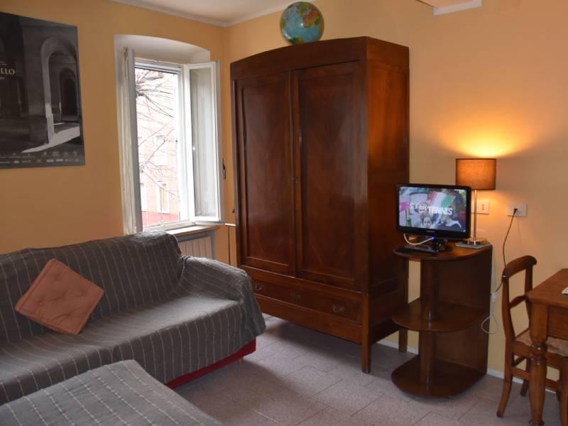 appartamentootello-bebalducale-parma-armadio-divano-tvaccesa800x600