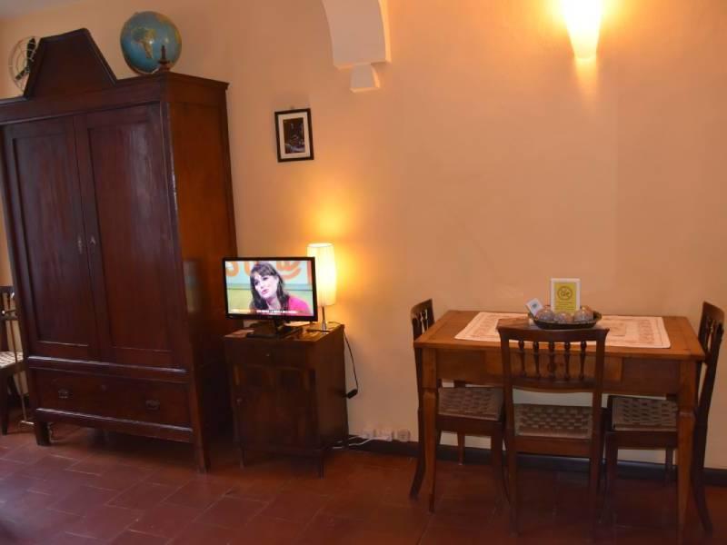 cameraleonora-bebalducale-parma-armadio-tavolino800x600 (1)