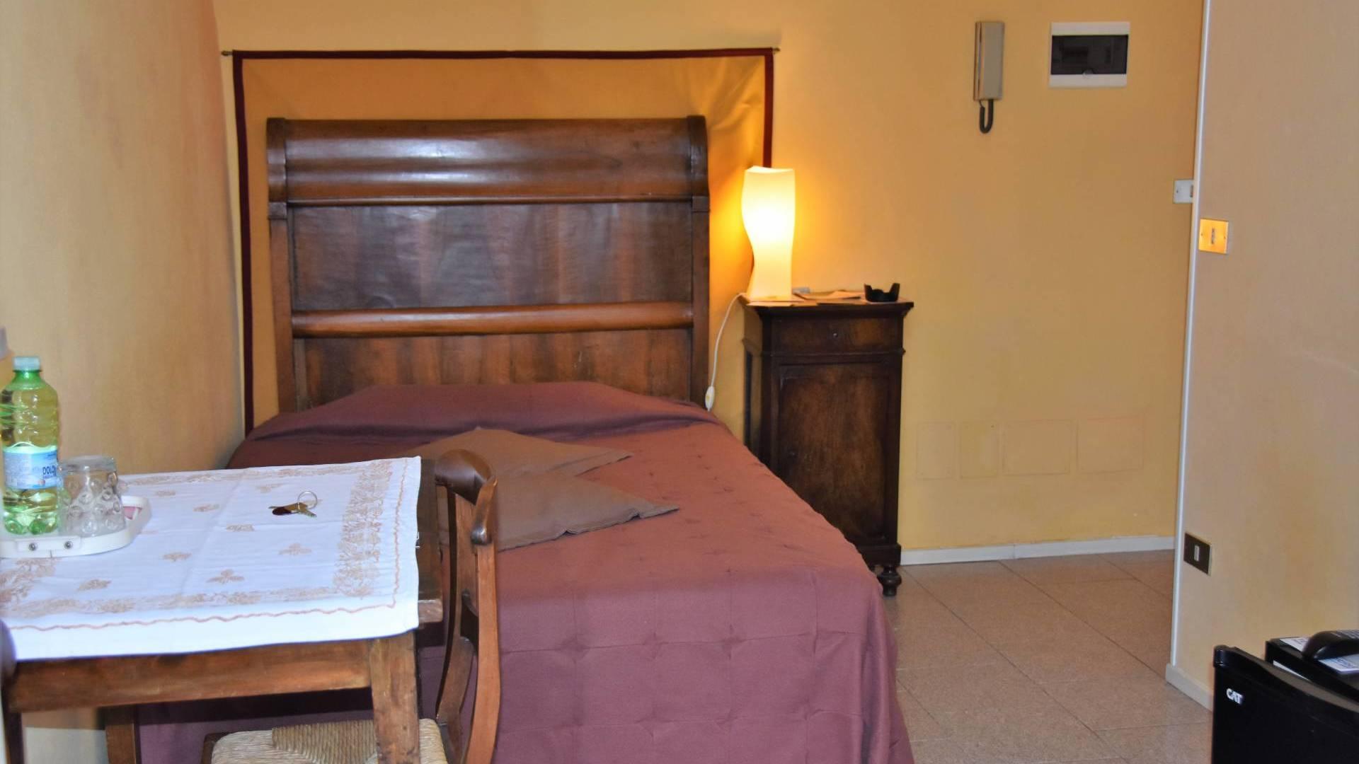 cameravioletta-bebalducale-parma-letto-tavolino-comodinocopertina1920x1080